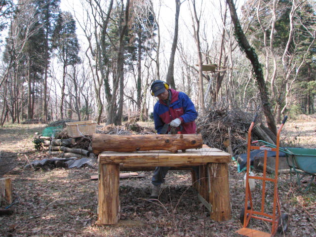 丸太で作った作業台