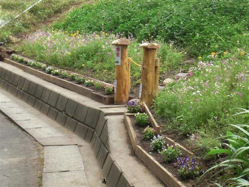 廃材で法面花壇