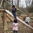 丸太の滑り台で遊ぶ