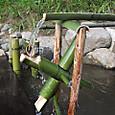 水場に竹の水車