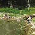 魚取りする家族連れ