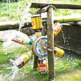 子ども水場に空き缶水車