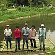 池に竹の桟橋進水