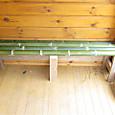 ログハウスに竹のベンチ