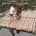竹の浮き桟橋